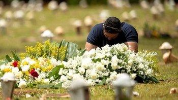 Un familiar de un fallecido por covid-19 en Brasilia.