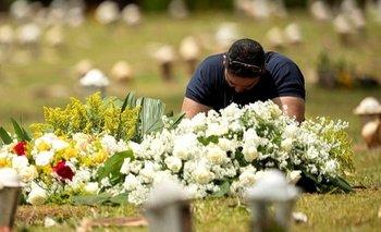 Foto de archivo. Un familiar de un fallecido por covid-19 en Brasilia