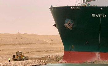 Ocho remolcadores fueron enviados al lugar para intentar desbloquear y poner en ruta de nuevo a este impresionante buque.