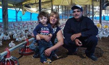 Valentín, el nieto de 2 años, con Rosana (integrante de AMRU) y Gustavo.