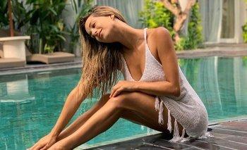 La influencer Estefanía Berardi posa en una piscina