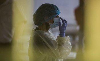 Una trabajadora de la salud se prepara para iniciar vacunaciones.