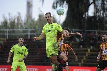 Así ganó Vadócz de arriba en la jugada del gol