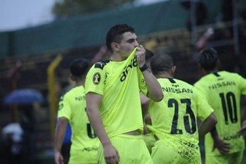 Álvarez Martínez celebra el 2-0 ante Progreso que convirtió de tiro libre