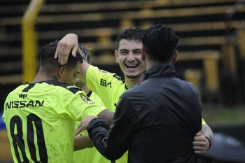 Álvarez Martínez se abraza con Estoyanoff