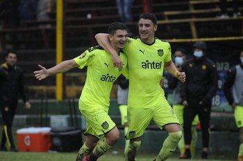 Álvarez Martínez celebra su gol con Piquerez
