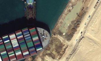 El portacontenedores se quedó cruzado en la parte sur del canal, cerca de la ciudad de Suez, bloqueando toda la navegación entre el Mediterráneo y el mar Rojo.
