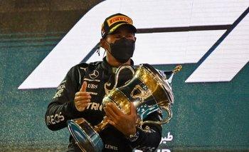 Lewis Hamilton celebró en el podio de Baréin