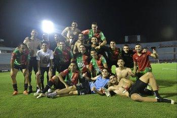 El equipo posó al final para recordar el histórico triunfo que los mantuvo en Primera