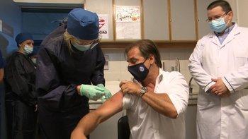 El presidente Luis Lacalle Pou recibiendo la primera dosis de la vacuna anticovid en marzo