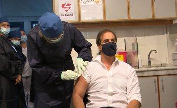 El presidente Luis Lacalle Pou se vacunó contra covid-19 en el Hospital Maciel