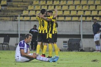 La celebración de los jugadores de Peñarol en el segundo tanto ante Fénix; lo sufre Ignacio Pallas