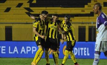 David Terans celebra su segundo golazo junto a Piquerez y Facundo Torres