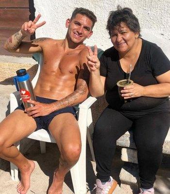 Lucas Torreira y su madre, Viviana Di Pascua, quien falleció por causa del coronavirus
