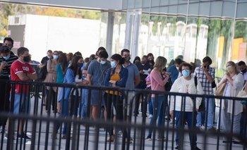 Filas para vacunarse en el ANTEL Arena
