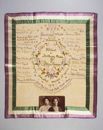 Pañuelos que las sufragistas bordaban en prisión con sus firmas