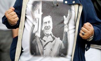 Un manifestante antigubernamental en Buenos Aires lleva una camiseta con la imagen de Juan Domingo Perón