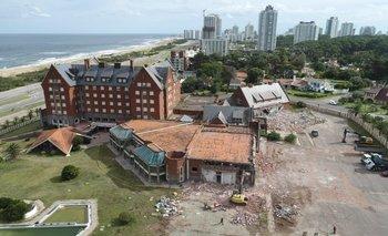 El derrumbe del hotel San Rafael de Punta del Este, donde el grupo Cipriani construirá un nuevo complejo con casino privado