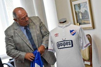 Raúl Giuria presenta la camiseta que usará Nacional en la Copa tras su acuerdo con Poipes