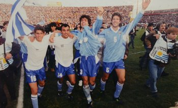Diego López, Gustavo Méndez, Eber Moas y Álvaro Gutiérrez, dan la vuelta olímpica tras ganarle a Brasil en el estadio Centenario