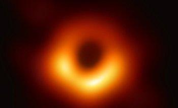 """""""Lo que vemos en la imagen es más grande que todo nuestro Sistema Solar"""", señaló Heino Falcke."""