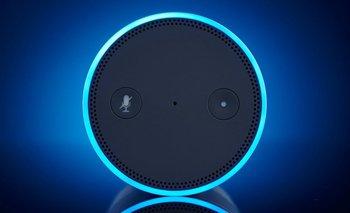 Empleados de Amazon le dijeron a Bloomberg que escuchan, a veces en grupo, conversaciones de clientes