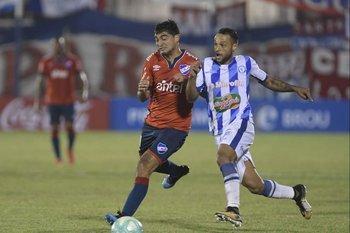 Sebastián Assis marcando a Gonzalo Castro