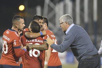 Gutiérrez da indicaciones a sus jugadores
