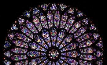 """El vitral """"la rosa"""" es uno de los grandes íconos de Notre Dame"""
