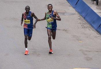 El último esfuerzo de Lawrence Cherono y Lelisa Desisa en el Maratón de Boston 2019