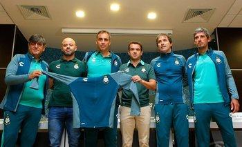 Guillermo Almada y su equipo en la presentación en Santos Laguna