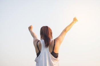 el nivel de felicidad depende un 50% de la genética; un 40%, de nuestro propio control y un 10% de las circunstancias de la vida