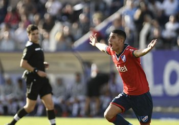 Santiago Rodríguez celebra su gol