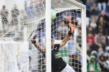 Darío Denis rechaza la pelota tras un tiro libre de Santiago Rodríguez en el que Nacional reclamó gol