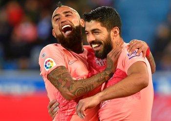 Festejo de Suárez junto al chileno Arturo Vidal