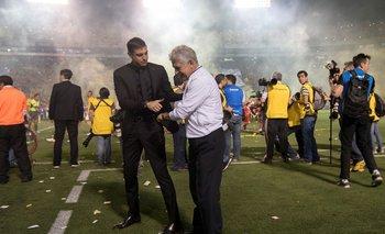 Diego Alonso, DT de Monterrey, saluda a Ricardo Ferretti, entrenador de Tigres