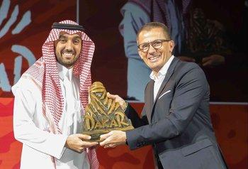 El príncipe Abdulaziz bin Turki Al Faisal Al Saud (i) durante la presentación del Rally Dakar 2020