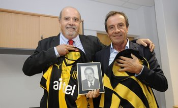 Daniel Rienzi y Edgardo Rienzi con la fotografía de su padre, Walter Rienzi