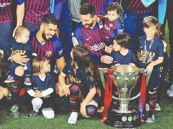 Suárez y  Messi en familia en un nuevo festejo en Barcelona