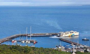 El buque Francisco durante las pruebas en el puerto de Piriápolis este viernes 10