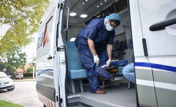 Médico de emergencia móvil atendiendo durante la pandemia de coronavirus en Uruguay