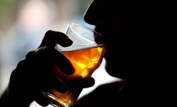 La OMS alerta del uso excesivo de alcohol para hacer frente a la cuarentena.