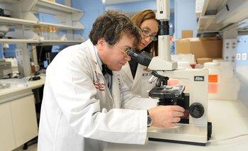 La doctora María Elena Bottazzi (der) y el doctor Peter Hotez dirigen el laboratorio de la Escuela Nacional de Medicina Tropical del Colegio Baylor de Medicina de Houston.