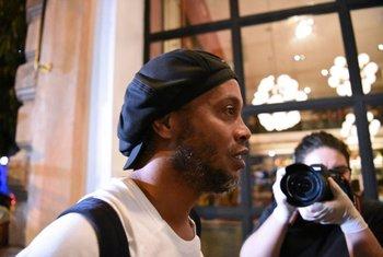 Ronaldinho al llegar al hotel de Asunción