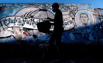 Un chico del barrio Fuerte Apache camina con una bolsa con comida