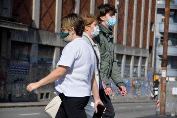 Gente por las avenidas 18 de Julio y 8 de Octubre en el marco de las medidas santarias por la epidemia de coronavirus