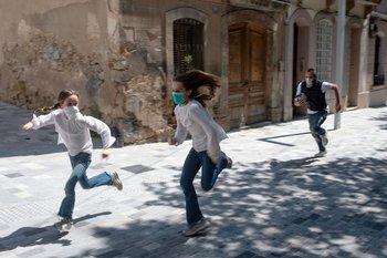 Niñas corriendo en Barcelona, España