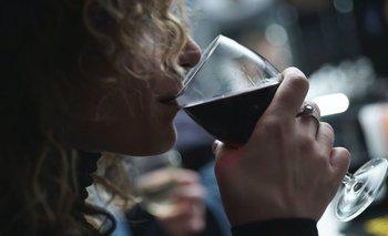 Mujer tomando vino