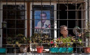 Una mujer protesta contra el gobierno de Sebastián Piñera en su casa en el medio de la pandemia del coronavirus