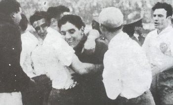 El Flaco García felicitado por sus compañeros tras atajar un penal contra River